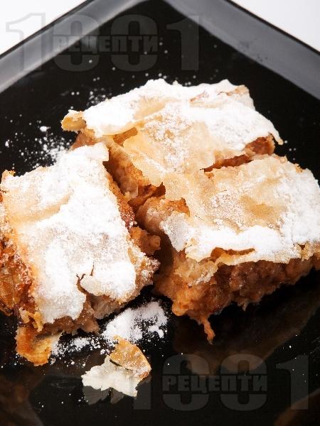Австрийски щрудел от готови кори с ябълки и стафиди - снимка на рецептата